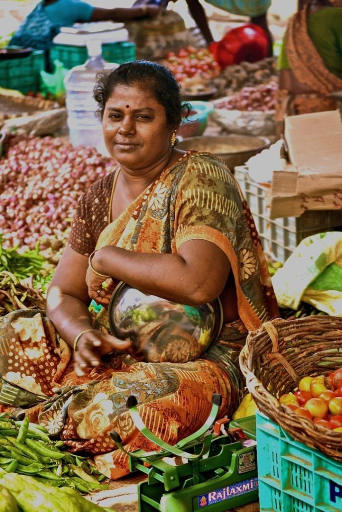 vendeuse de legumes au marche en Inde. Indian svegetable sales woman in the market