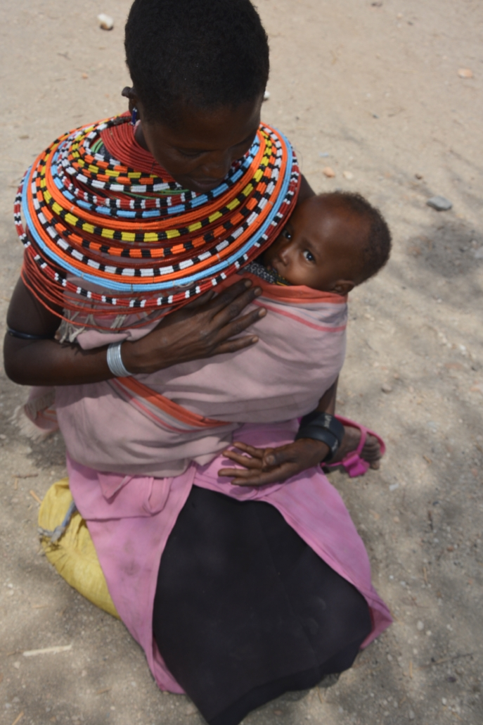 photo maman Samburu grand collier perle  mother and baby , pearled necklace