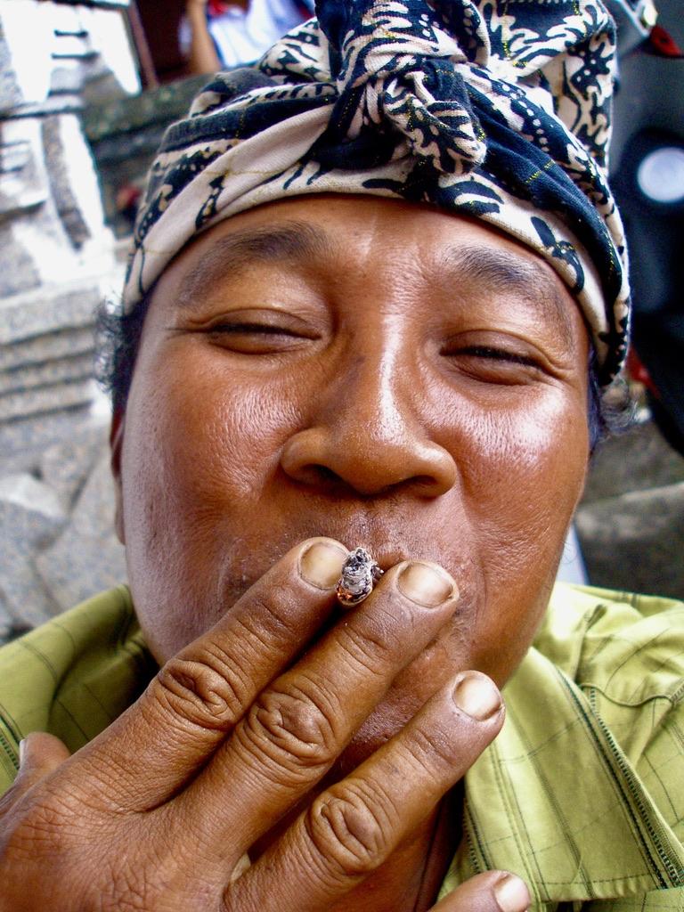 fumeur balinais  Balinese smoker